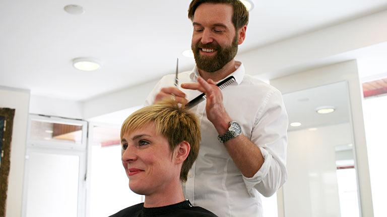 Frisuren Trends Friseur Aschaffenburg Pentek beim Arbeiten